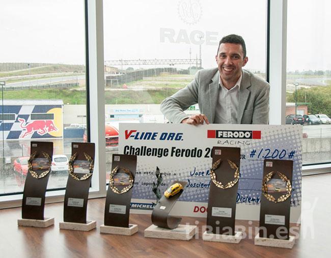 José María Reina recibe el trofeo de campeón de España de Resistencia