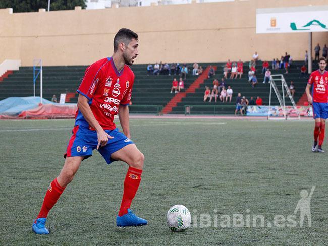 El centrocampista defensivo Javi Betancort renueva con la UD Lanzarote