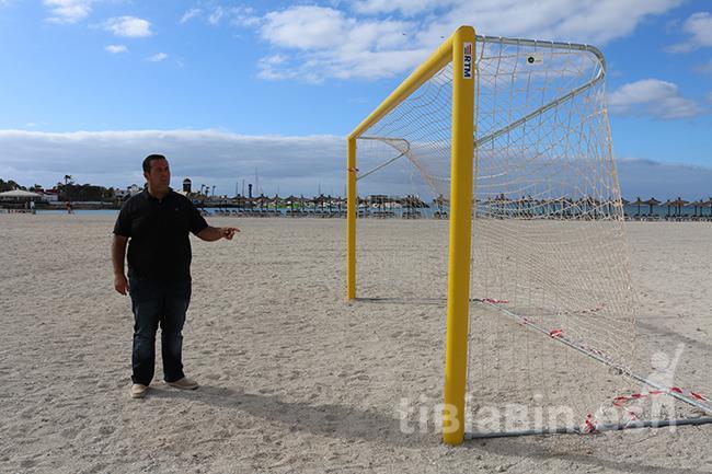 El Ayuntamiento instala una cancha de fútbol en la Playa del Castillo