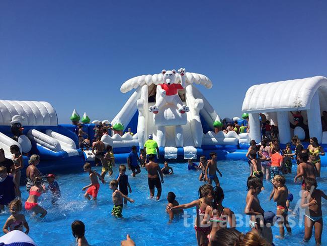 El Verano Summer comienza con cientos de niños disfrutando de la Piscina Polar en la Playa del Castillo