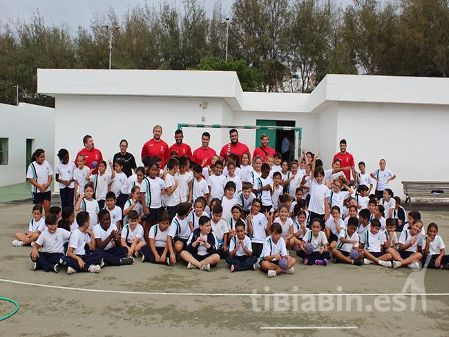 Los jugadores del CB San José Obrero visitan a los alumnos del CEIP Titerroy